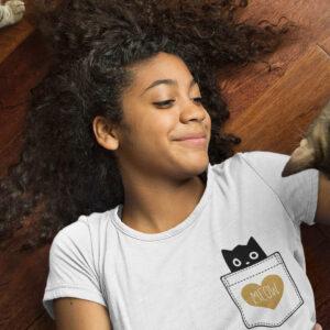 naiste valge t-särk millel on kujutatud kassi taskus