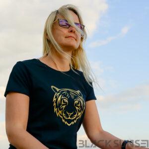 Kuldne tiiger naiste t-särk Pärnu rannas BlackSunset kleebime oü