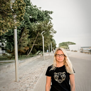 Kuldne tiiger naiste t-särk Pärnu rannas BlackSunset eesti disain