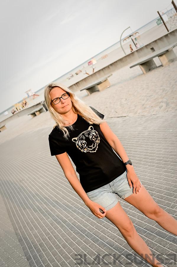 Kuldne tiiger naiste t-särk Pärnu rannas BlackSunset kleebime oü-5